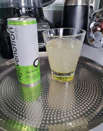 Agua rejuvenecedora Hidratación de lima y limón + revisión de agua con gas