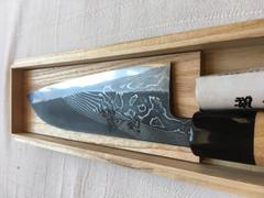 JapaneseChefsKnife.Com Tsukasa Hinoura Custom Knife Tobi-Mon Wa Santoku 170mm (6.6 inch, TH-6, Enjyu Wood Handle with Water Buffalo Horn Ferrule & Butt) Review