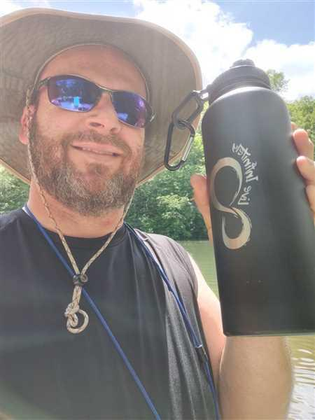 Live Infinitely  40 oz Insulated Water Bottle With Fruit Infuser Rod With FREE Dust Cap Lid Review