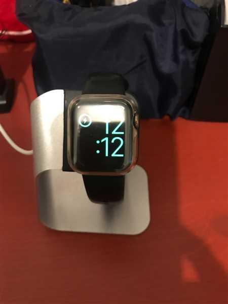 EDRELYN Pardillo verified customer review of Apple Watch Stand - Silver Aluminium