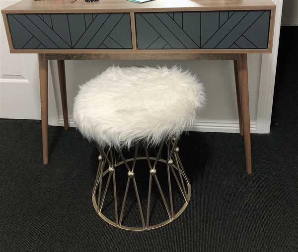 Jinny Lee verified customer review of Zendaya White Faux Fur Stool