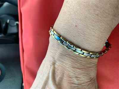 Della Gallaugher verified customer review of Titanium Magnetic Therapy Bracelet Silver & Gold Lynx Chain