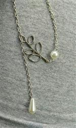 Larissa Dias Cardoso verified customer review of Pearl and Leaves Lariat Necklace