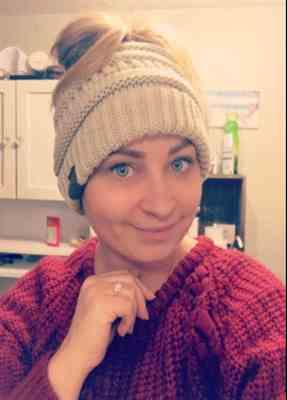 Julia Pinto verified customer review of Ponytail Messy Bun Beanie Knitted Winter Hat - BNB Beanietail
