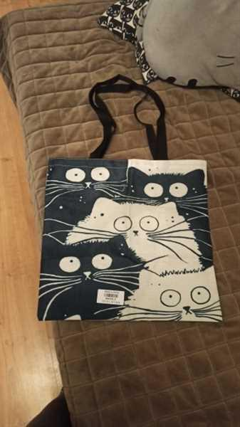 P***z verified customer review of Cat Print Linen Tote Bag
