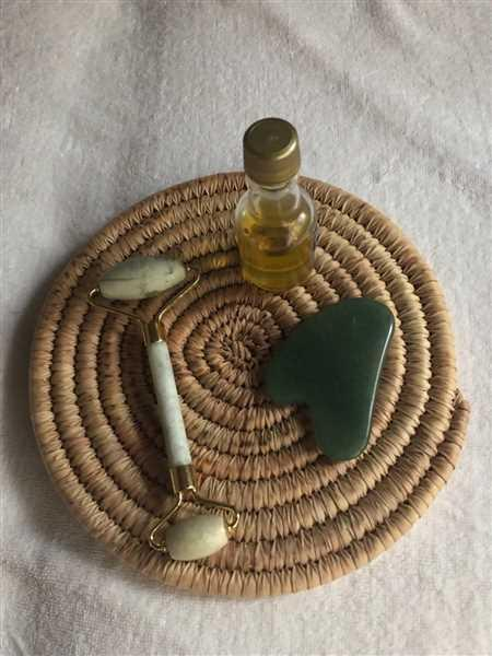 Lamia Foutih verified customer review of Jade Facial Roller & Gua Sha Set