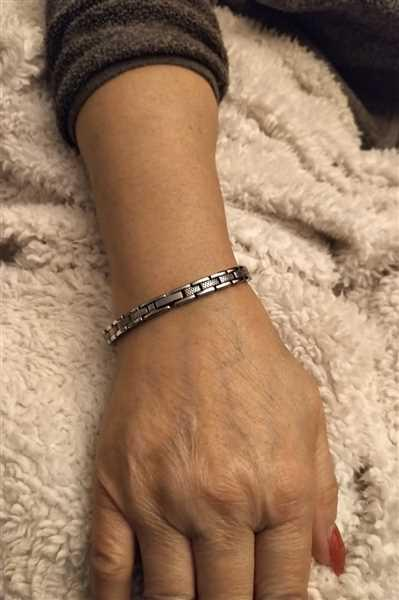 Joanne Leung verified customer review of DAMAGED BOXES Sparkly Slimline Titancore Titanium Magnetic Bracelet