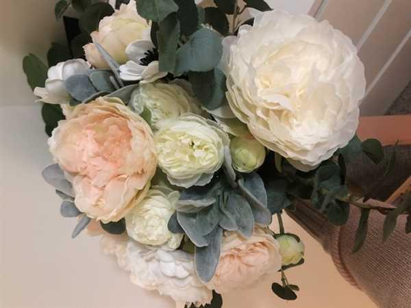 Elizabeth Schwabe verified customer review of Ranunculus Artificial White Flowers