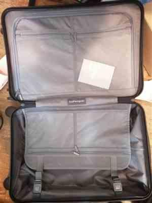 Elieen verified customer review of Midnight Black 22 Carry On Luggage